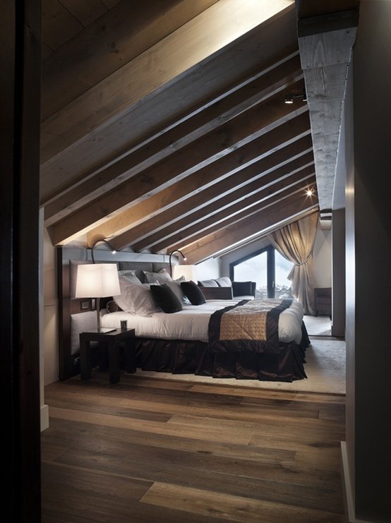 Attic bedroom with wooden beams - Attic bedroom design ideas with wooden flooring ...