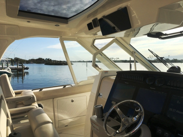 Boston Whaler 380 Realm day boat - Image 3