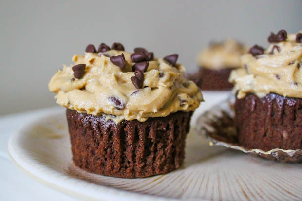 Brownie cupcakes with cookie dough frosting - Image 3