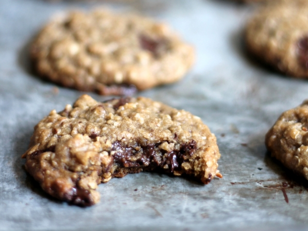 Chewy Chocolate Chunk Coconut Oatmeal Cookies {made with coconut oil ...