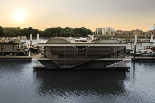 Modern House Boat - Image 2