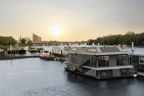 Modern House Boat - Image 3