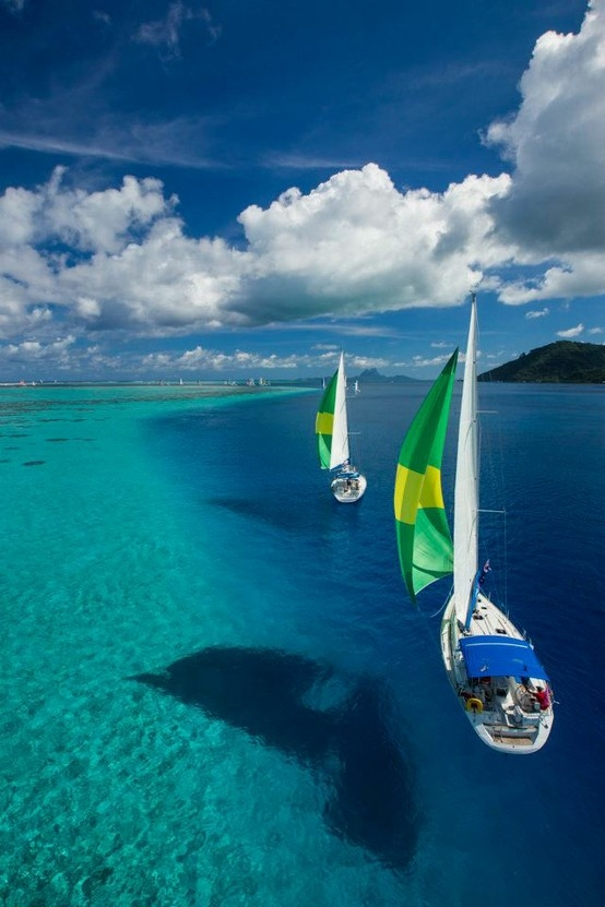 Sailing the azzure waters of Tahiti